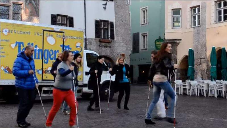 Flashmob in der Altstadt. Blinde tanzen mit dem Blindenstock. Video siehe unten.