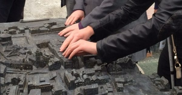 Goldbronze-Relief der Kufsteiner Innenstadt und des Festungsbergs