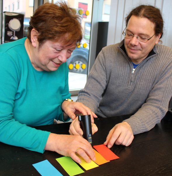 Das Farberkennungsgerät erleichtert den Alltag blinder und sehbehinderter Menschen.