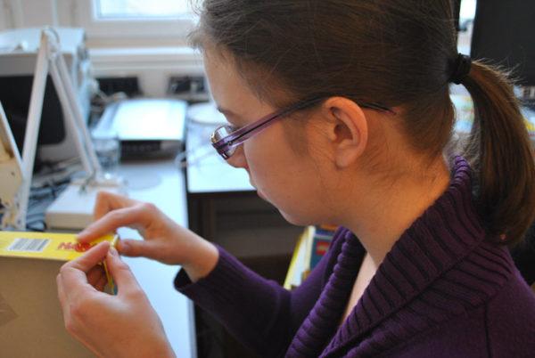 Praktikantin Anna-Maria bei einer praktischen Übung