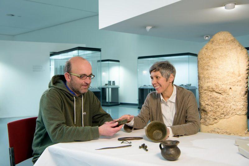 Sehbehinderte Personen können Jahrtausende alte Gegenstände erfühlen. Credit: Wolfgang Lackner