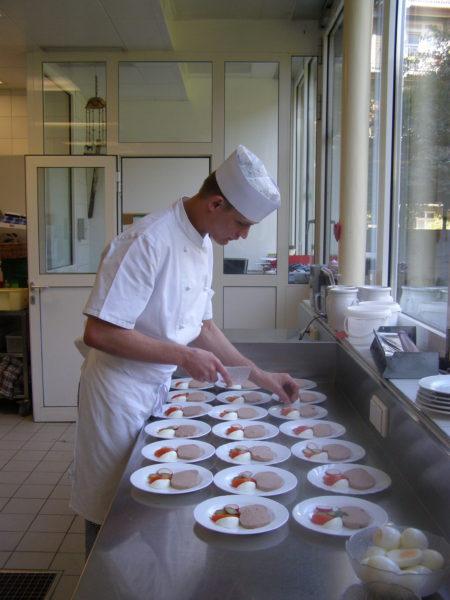 Für den Arbeitsalltag fit machen. Im Bild Daniel Gassler, Koch, beim Herrichten von Speisen.