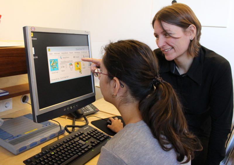 BSVT-Beraterin erklärt das Programm Zoomtext am PC