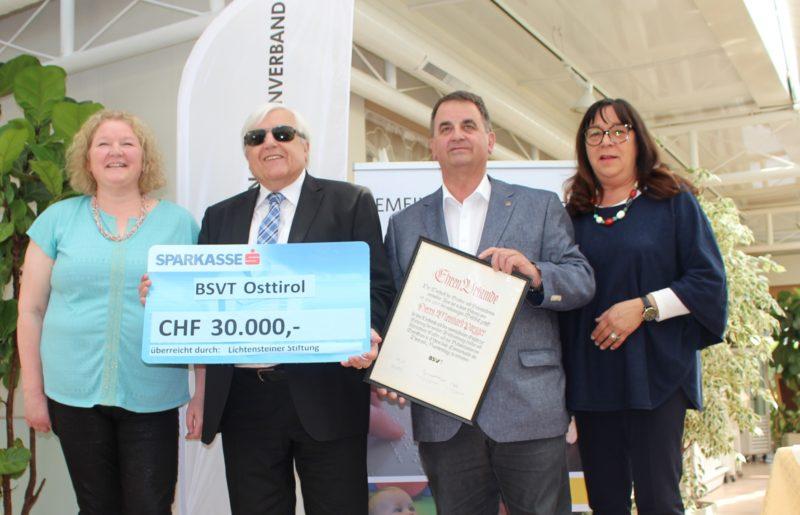 Agnes Wibmer (Frühförderin), BSVT-Obmann Klaus Guggenberger, Förderer Meinhard Pargger mit BSVT-Ehrenurkunde, Kornelia Meier (Beratung, Hilfsmittelversorgung) freuen sich über 30.000 CHF für die Bezirksstelle Osttirol.
