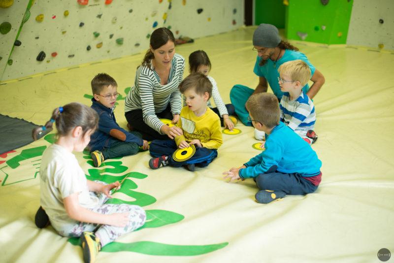 Frühförderin mit Kindern im Naturfreunde-Boulderraum.