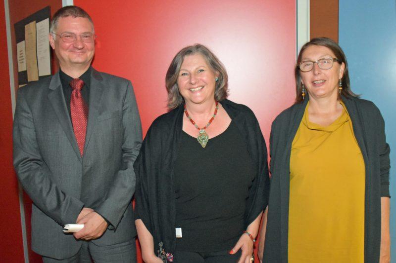 Sven Degenhard (Universität Hamburg) und Landesrätin Christine Baur gratulieren Direktorin Karin Pammer (Mitte).