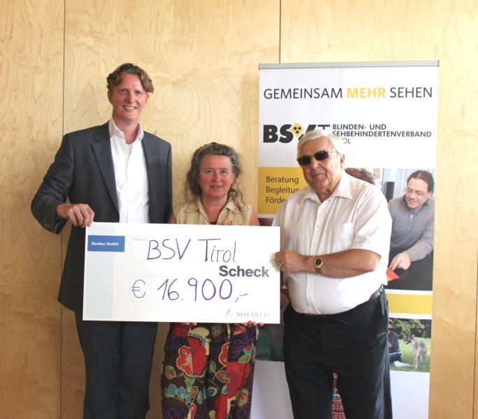 Ard van der Meij, Head of Sandoz GmbH, Maria Gandler, Frühförderleitung, BSVT-Obmann Klaus Guggenberger bei der Scheckübergabe.