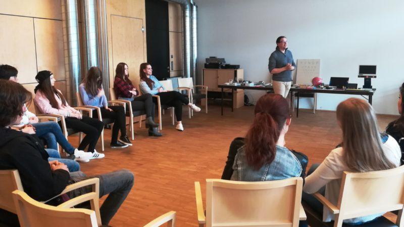 Gruppe von Schülerinnen und Schülern bei der Sensibilisierung im BSZ Tirol