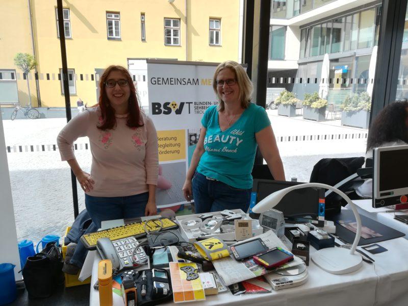 Obm. Stv.in Sabine Karrer  und Pinar Camalan präsentieren Hilfsmittel des BSVT