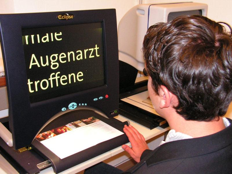 Ein Besucher testet ein Lesegerät.