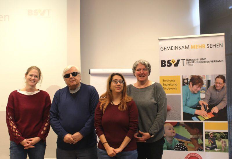 Im Bild von links Birgit Brugger (Päd. Frühförderung, Spezialausbildung 'SEHEN'), Klaus Guggenberger, Pinar Camalan (Technische Trainerin), Carmen Natter (Low Vision Trainerin).