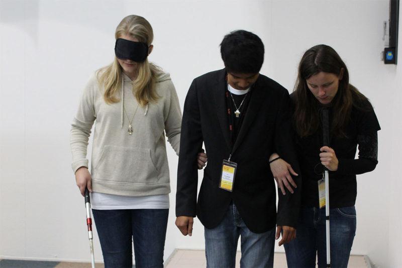 Schüler erfahren auf der BeSt-Messe, wie man blind einen Parcours meistert
