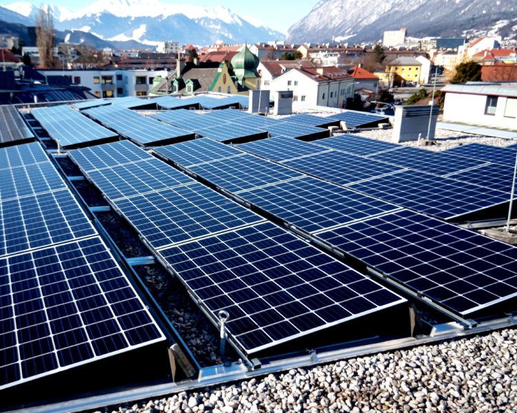 Bild der Photovoltaik-Anlage vom Dach, Blickrichtung Oberland.