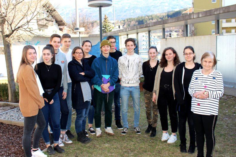 Schüler*Innen der Klasse 7H, des Meinhardinum Stams, V. Esterbauer und Beate Krames (Vorstandsmitglied)