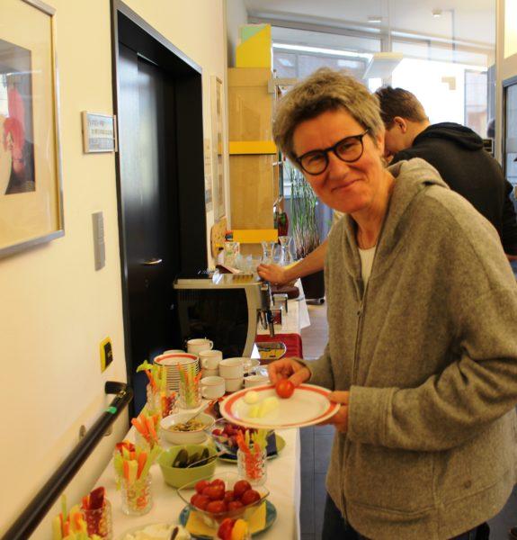 Frau Mag.a Heidemarie Amann beim für sie arrangierten Buffet.