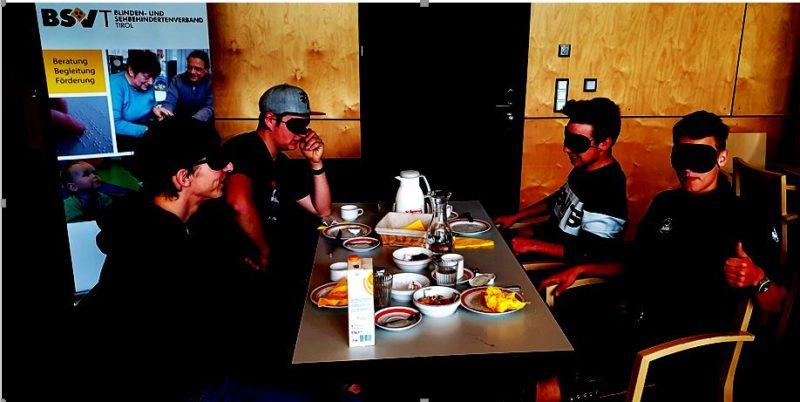 Schüler*Innen beim Frühstück im Dunkeln