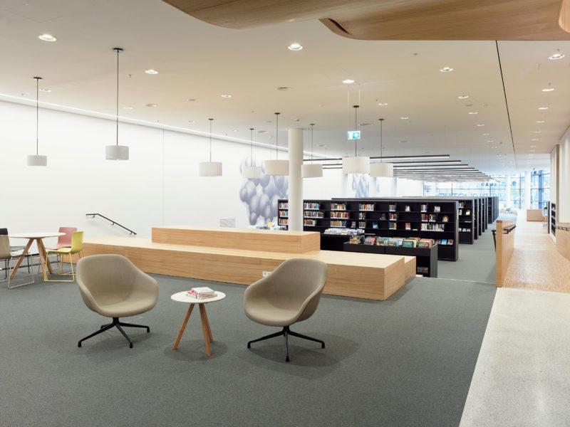 Lesezonen mit gemütlichen Lounge-Möbeln Foto: Clemens Ascher, Stadtbibliothek Innsbruck
