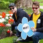 Die Zivildiener Bernhard und Florian, des BSVT pflanzen im Hofgarten Vergissmeinnicht.