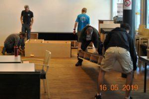 Die Schüler der TFBS Holztechnik, Absam, mit Fachlehrer Klaus Hechenblaickner bauen den Medienschrank im BSZ Tirol auf. Foto: BSVT/jandrasits