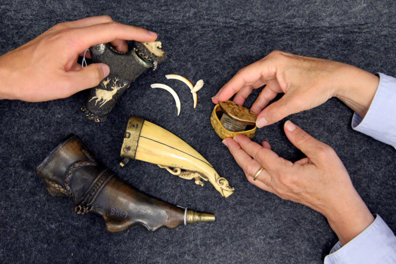 Kunstgewerbliche Objekte und Hände
