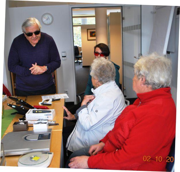 Obmann Klaus Guggenberger mit Besucherinnen des Sprechtages in Reutte