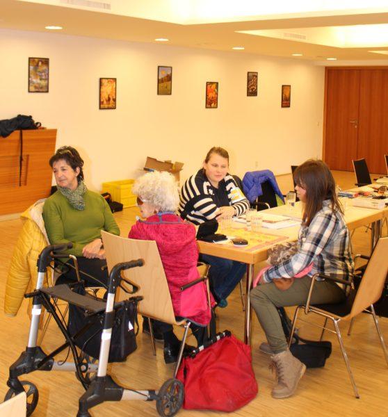 Nicole Wimmer (BSVT Vorstandsmitglied) im Gespräch mit Besuchern.