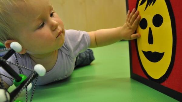 Baby berührt Spielzeug © BSVT Fruehfoerderung