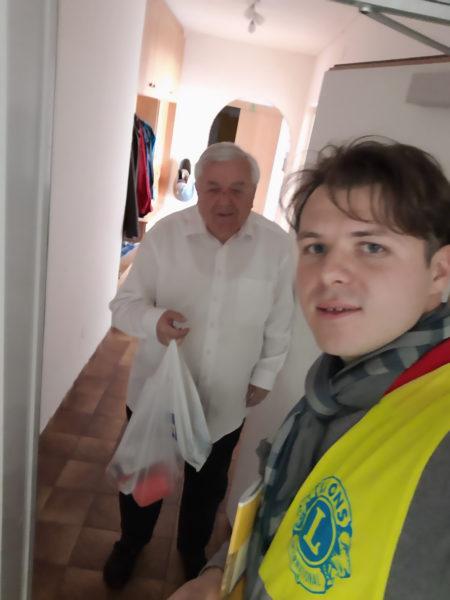 LC Hall Armada Mitglied übergibt Lebensmittel an einen betroffenen Mann