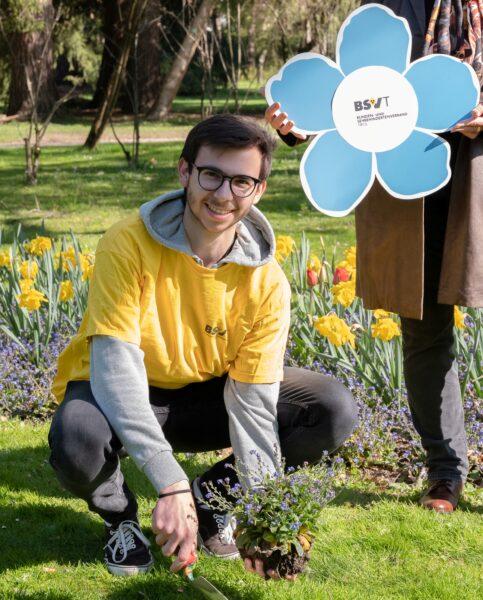 Fotocredit : 2quadr.at BU: Zivildiener Florian, Gabriele Jandrasits (ÖA) pflanzen ein Vergissmeinnicht im Hofgarten Innsbruck.